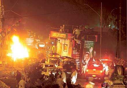 en nation i Kaos Pakistans förra premiärminister Benazir Bhutto säger sig ha återvänt efter åtta års exil för att införa demokrati. Men bombattackerna i Karachi visar att hon kommer att behöva stöd från omvärlden.