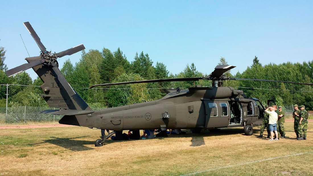 Personer som räddats från branden. Hemvärnssoldater och en Blackhawk-helikopter (Helikopter 16).