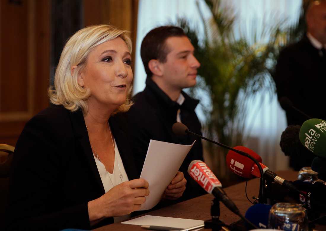 Nationell samlings partiledare Marine Le Pen på kampanjmöte i italienska Milano med partiets toppkandidat i EU-valet, Jordan Bardella. Arkivfoto.