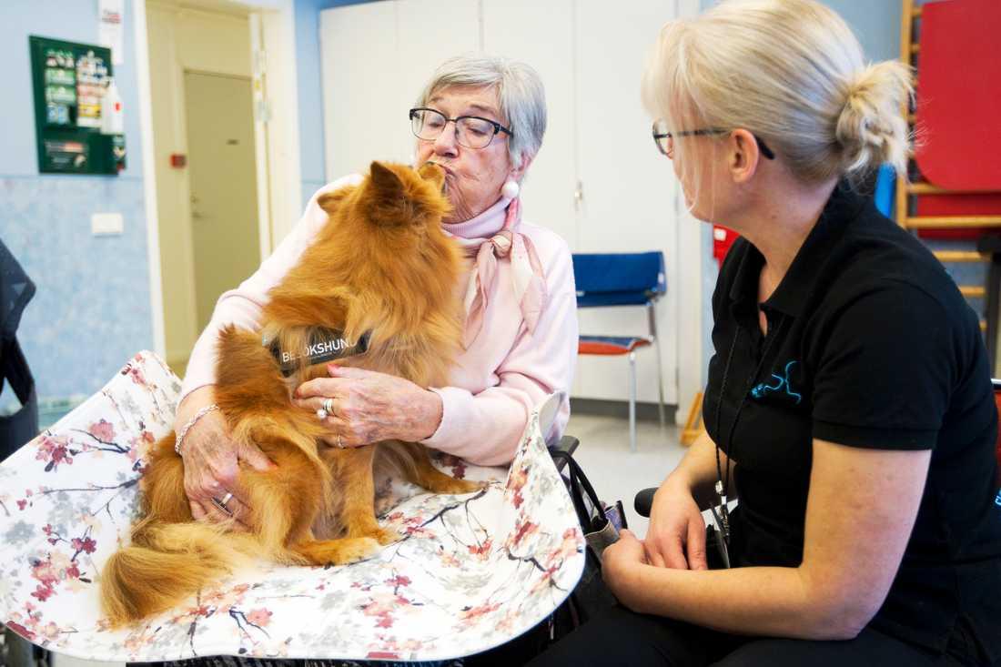 Barbro, 93, fick sig en blöt puss av Lovis.