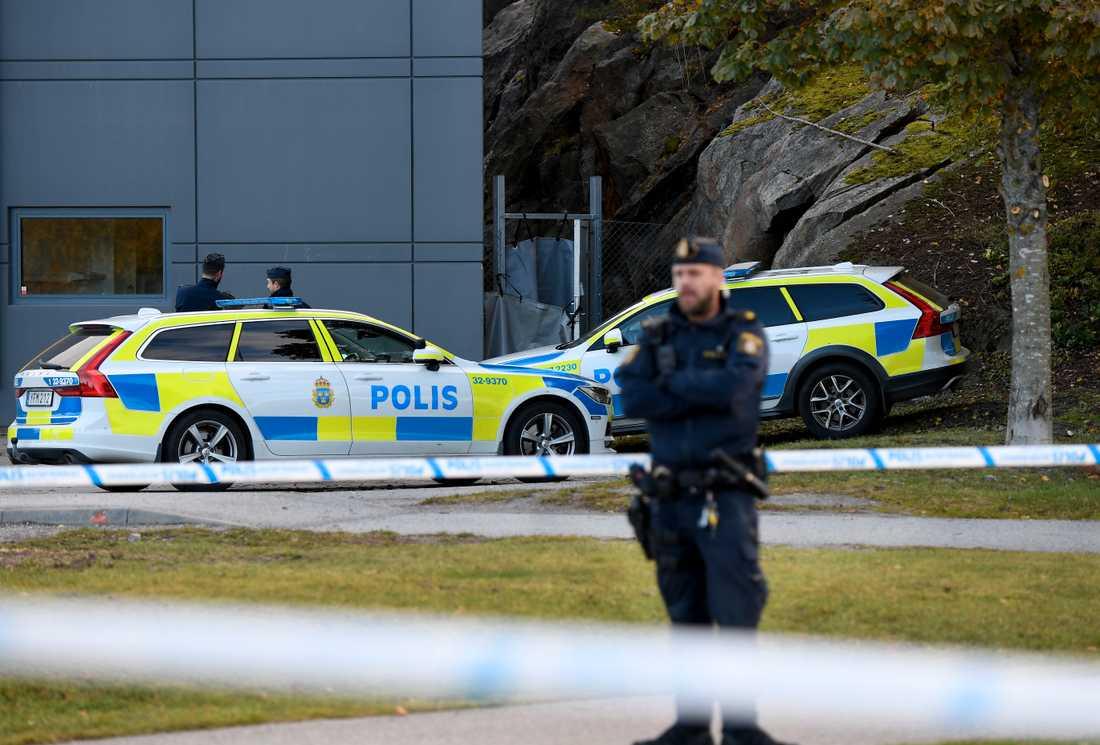 Död man funnen vid Kungens Kurva i Stockholm.