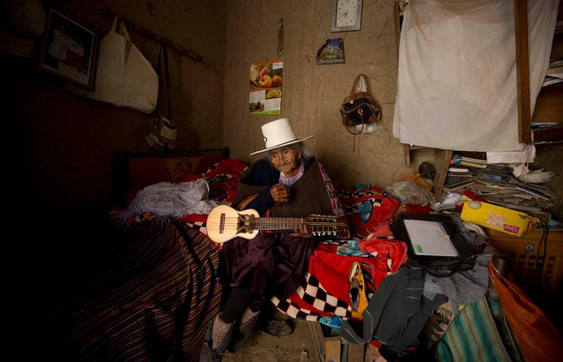 Flores spelade på sin charango – en typ av andinsk gitarr – för gästerna på födelsedagsfesten. Bilden är från den 23 augusti i år.