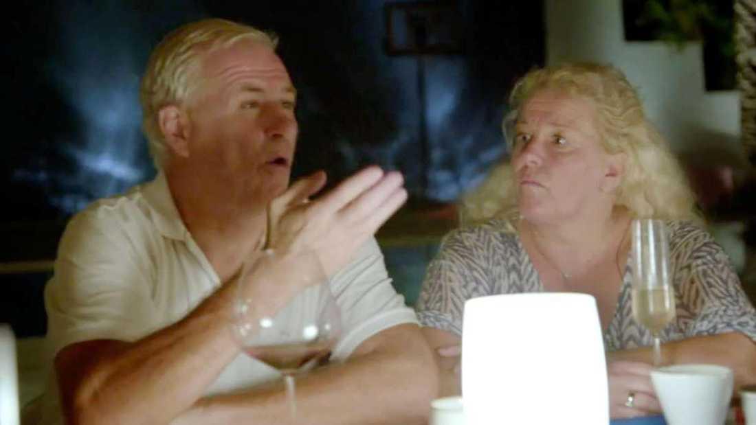 """""""Jag dör här""""  Glenn Hysén och Alexander Bard börjar bråka vid middagsbordet i """"Parneviks"""". Glenn Hysén ryter ifrån när Bard börjar prata om att hans son Anton Hysén om några år kommer att söka sig till andlighet och blir så märkbart upprörd att Mia Parnevik får lugna honom."""