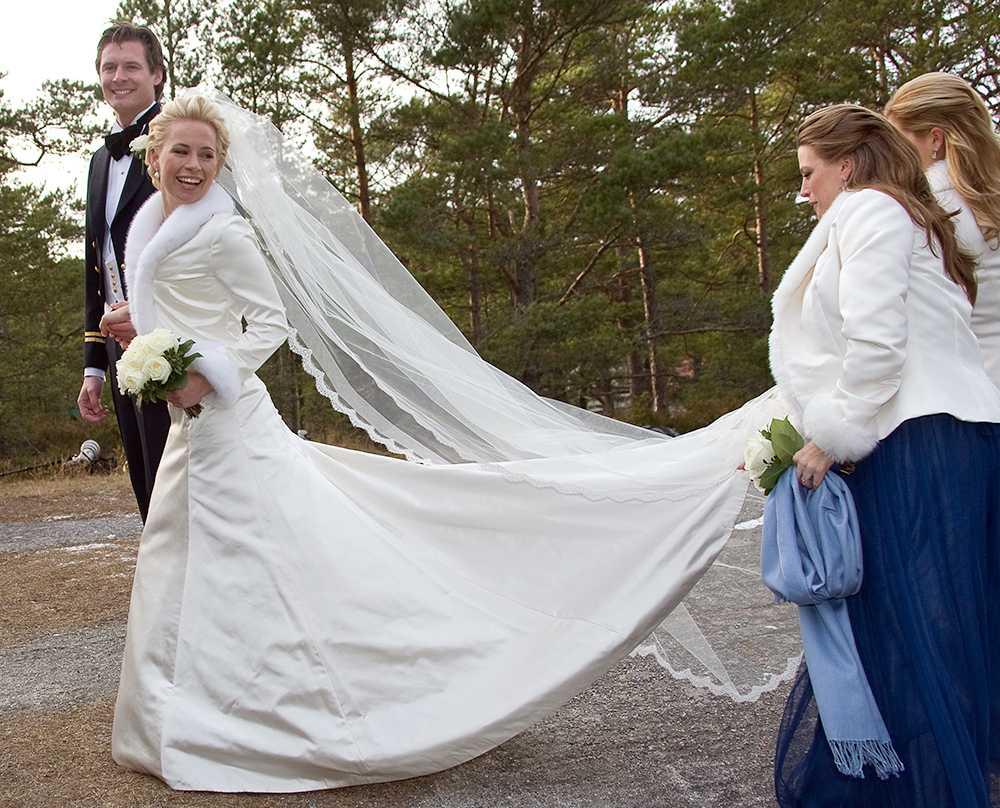 Madeleine var brudtärna när Charlotte Kreuger gifte sig med Christoffer Cederlund i Sandhamn 2008. Eftersom de gifte sig i februari bar bruden en klänning i tjockt siden och en jacka med pälskrage. Tärnorna bar blå klänningar och likadana jackor. Frisören och stylisten Johan Hellström som ofta fixar prinsessornas hår hjälpte Charlotte med stilen.