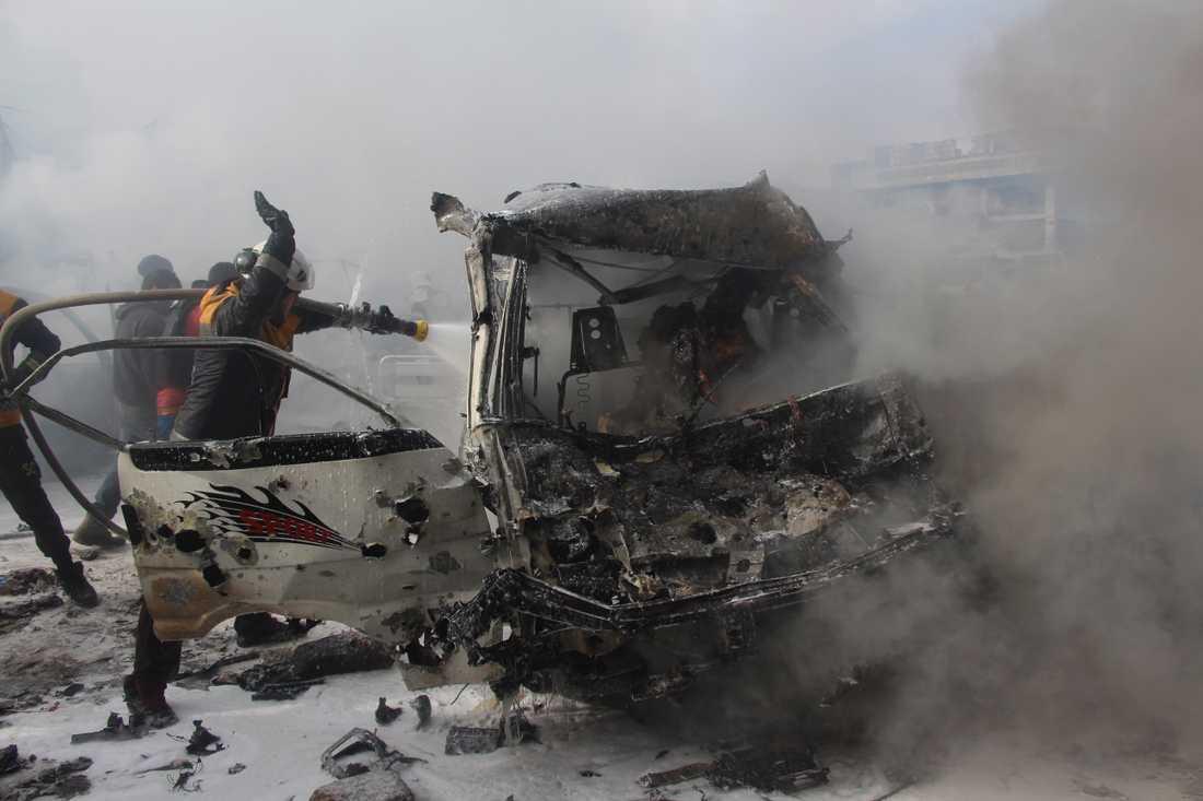 En brinnande bil i den oroliga provinsen Idlib i Syrien, fotograferad tidigare i januari.