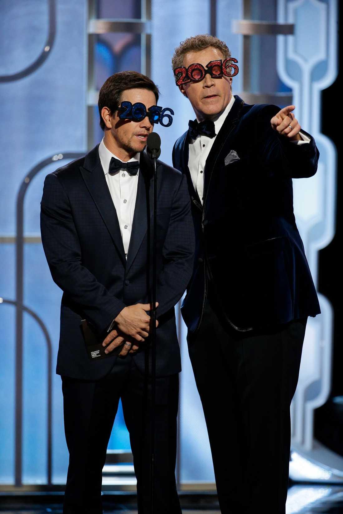 Will Ferrell och Mark Wahlberg delade ut pris i spexiga 2016-glasögon.