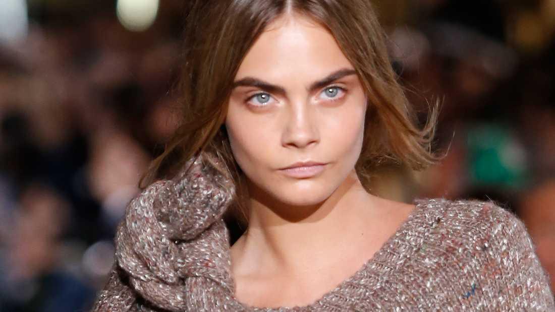 Supdermodellen Cara Delevingne är känd för sina breda och markerade ögonbryn.