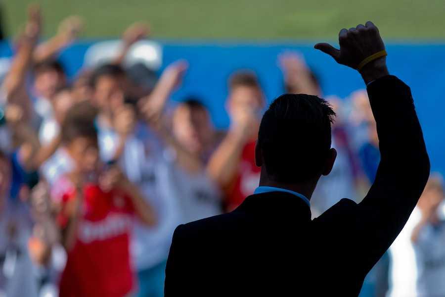 Gareth Bale presenteras på Santiago Bernabéu – och ger tummen upp.