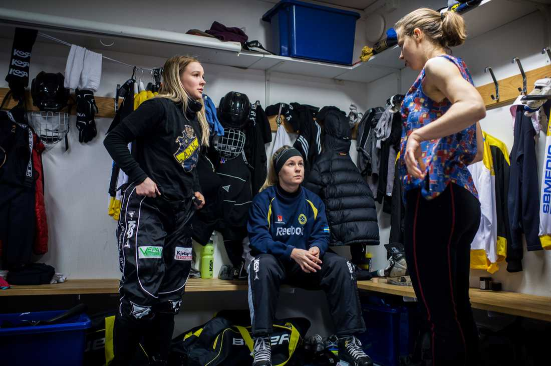Linnéa Larsson, till vänster, valde bort fotbollen och spel i allsvenskan. Kärleken till bandyn var för stor.