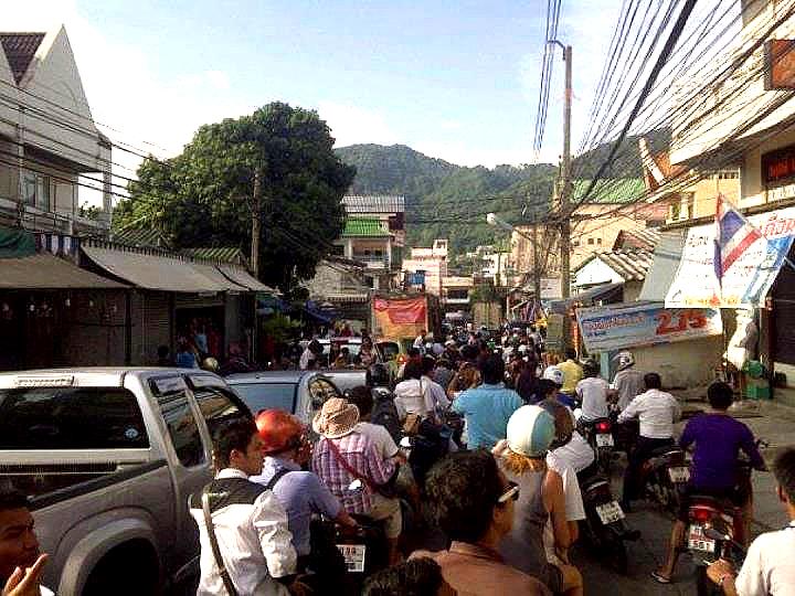 Människor sätter sig i säkerhet i Phuket.