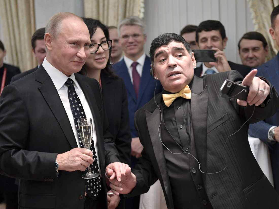 Vladimir Putin skålade i Champagne efter Ryssland fått sin grupp framlottad av bland andra Diego Maradona.