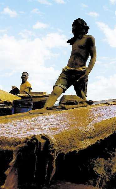 Guldgrävare använder häxkonster för att få mer tur i jobbet.