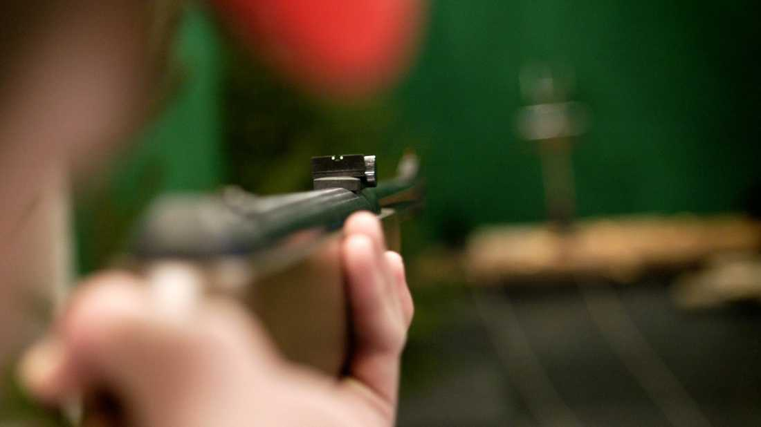 En man åtalas för att ha skjutit en annan man i bakhuvudet med ett luftgevär. Arkivbild.