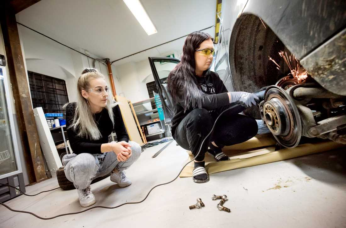 Tilda Schmidt och Mathilda Straschko Andersson är huvudansvariga för ungdomsprojektet Håll raggen ren.