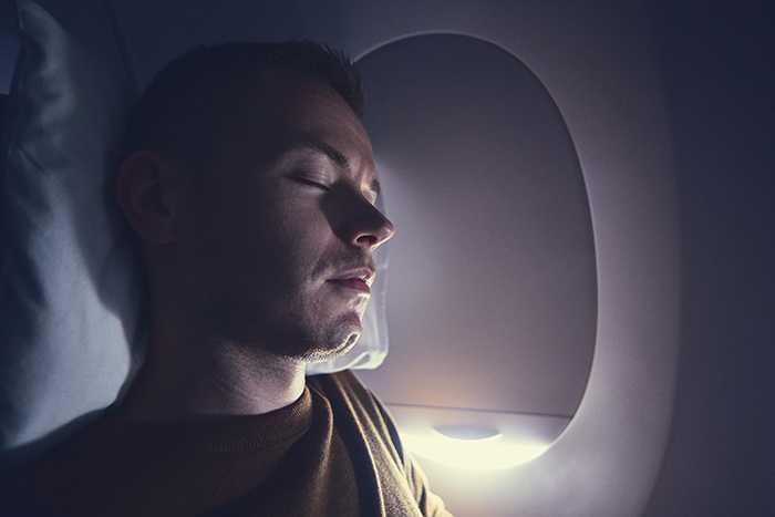 Det kan vara svårt att somna på ett flygplan.