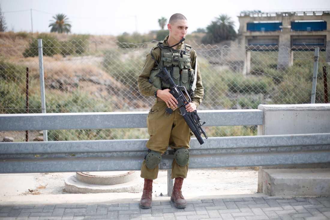 En israelisk soldat, på en gränsbro till Jordanien, i Jordandalen. Arkivbild.