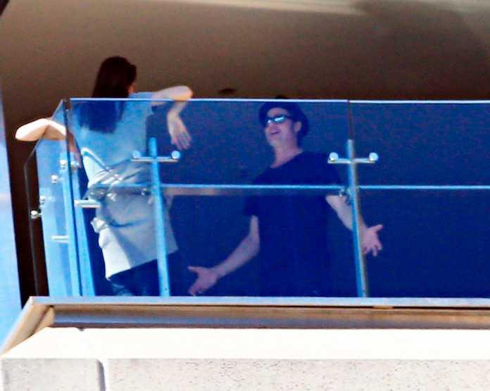 """Under skådespelarparets besök i Sydney fångades deras balkonggräl på bild. """"Brad viftade vilt med armarna, man såg hur frustrerad han var."""" Efteråt stod Angelina ensam kvar."""