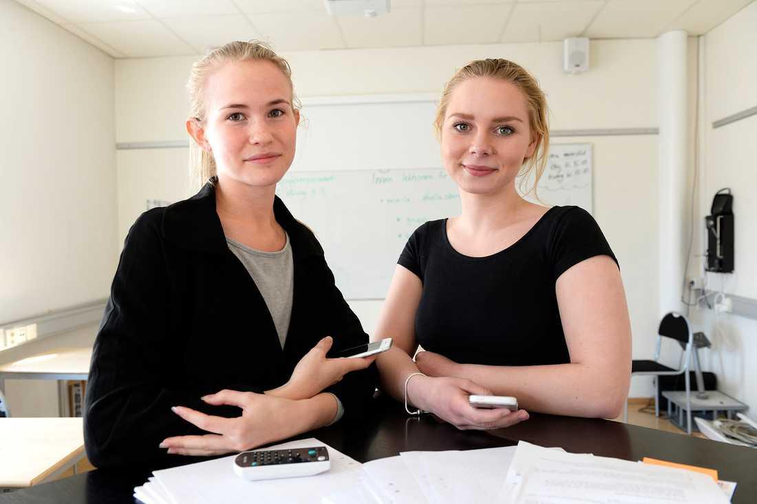 """""""Appen gör det lättare att hjälpa andra"""", säger Therese Enman, 18, till höger. Hon och Olivia Slotte, 18, har testat den nya appen """"Speak UP""""."""