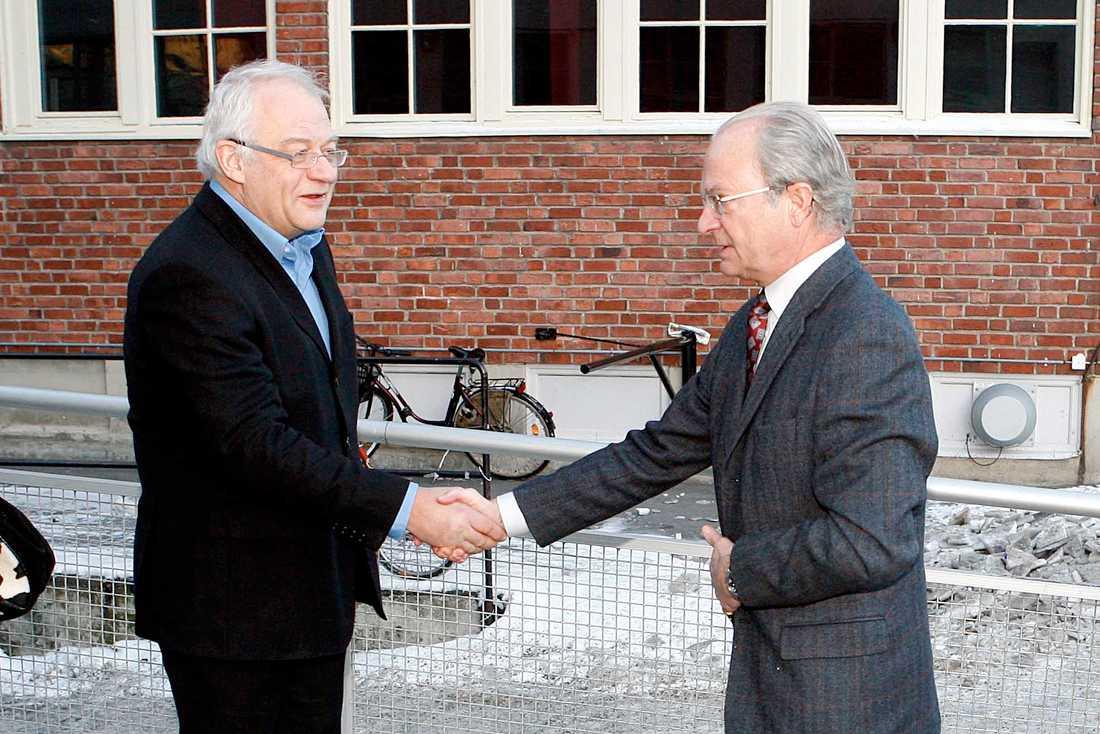 Kungen tas emot av Anders Carlberg vid Fryshusets stödgala där kungen var hedersgäst. Januari 2007.