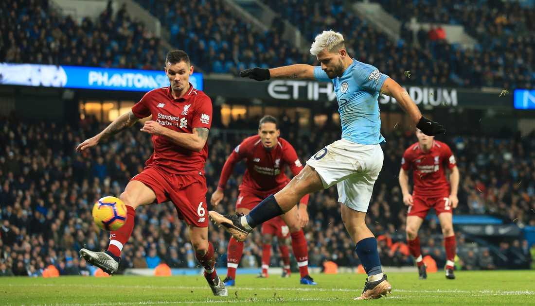Sergio Agüero, här i blå tröja under en match mot serietvåan Liverpool, kan vinna Premier League igen. Arkivbild.