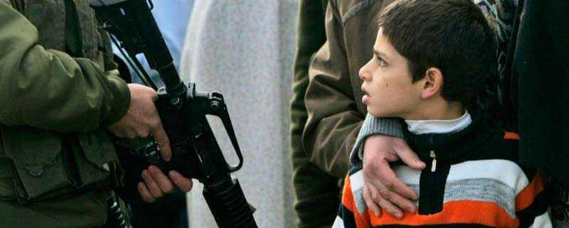 En palestinsk pojke och hans far stoppas av israelisk gränspolis när de vill återvända till sitt hem i Gaza.