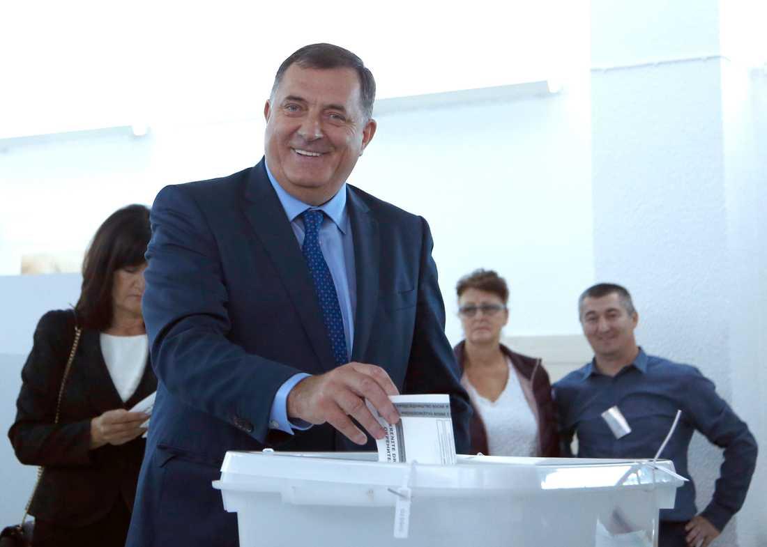 Presidentkandidaten Milorad Dodik lägger sin röst. Partiet bakom Dodik uppgav sent på söndagskvällen att han har vunnit den serbiska stolen i det tredelade presidentskapet.