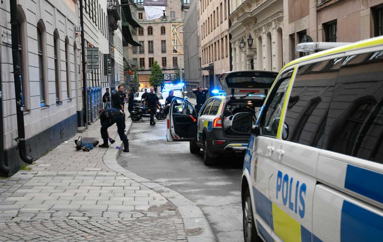 Polisen på plats med en gripen person i Stockholm.