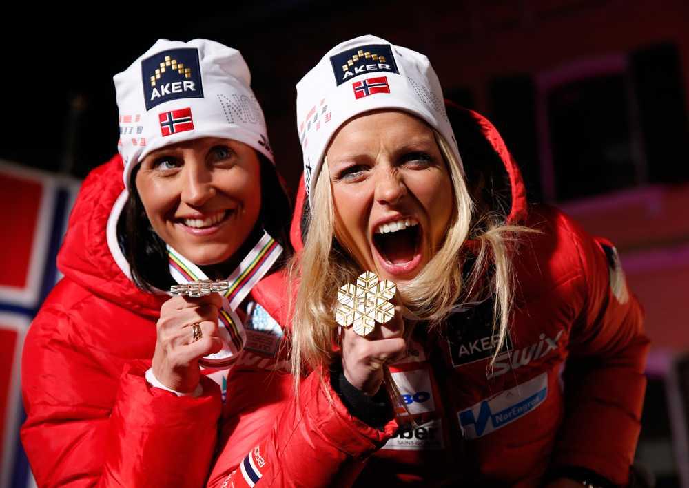 NORSKA ESS Marit Björgen och Therese Johaug firar guld- och silvermedaljerna efter damernas 10 km fristil i vintras.