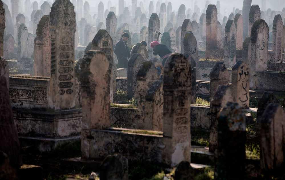 NICLAS HAMMARSTRÖM På en kyrkogård i Aleppo gräver en man en grav. Många tar själva sina anhöriga till kyrkogårdarna och begraver dom.