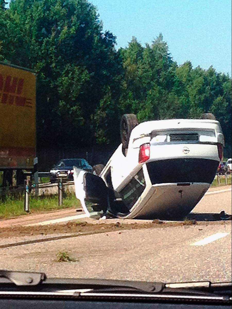 En bil voltade i en singelolycka på E4, norrgående, strax innan Ödeshög.