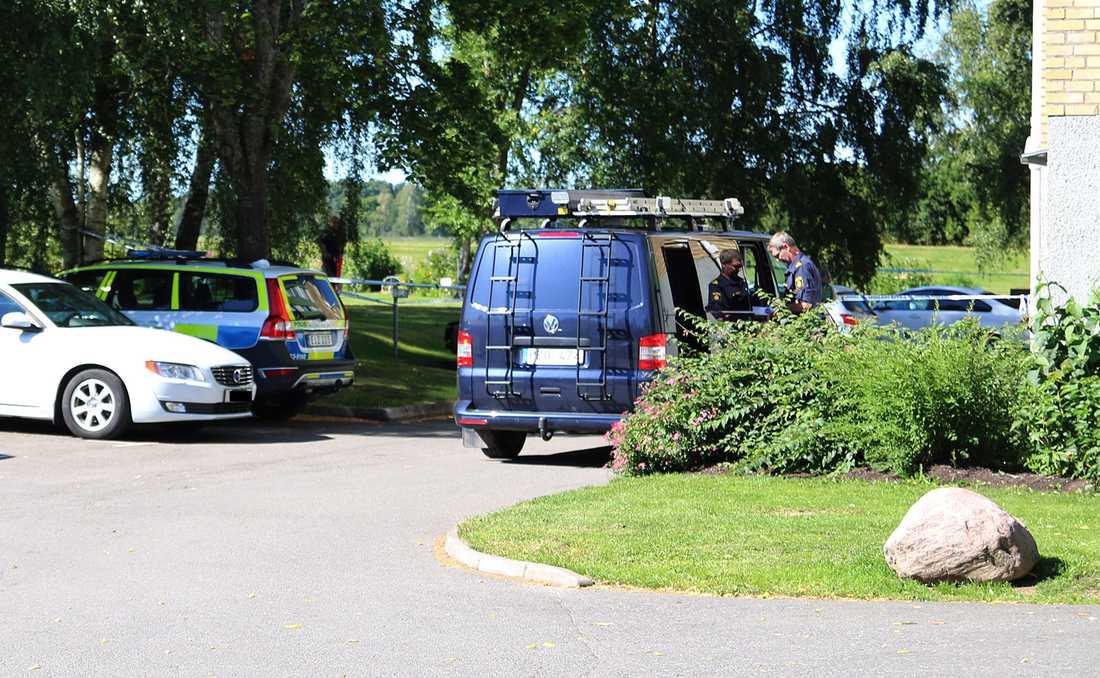 Polisinsats i ett bostadsområde med anledning av knivöverfallet på en militär.