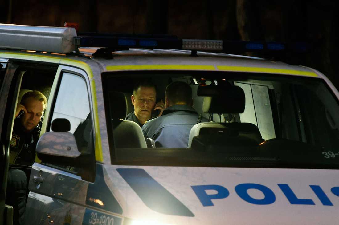 En man sköts ner med automatvapen i Bredäng.