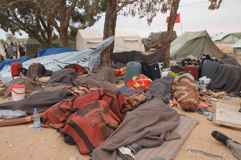FLYKTINGLÄGER På gränsen mellan Libyen och Tunisien finns många ensamma kvinnor. De är speciellt utsatta för våld och våldtäkter i de krigshärjade områdena.