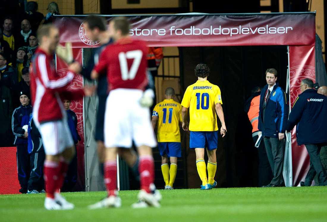 Zlatan lämnar – mållös –planen efter VM-kvalet mot Danmark 2009.