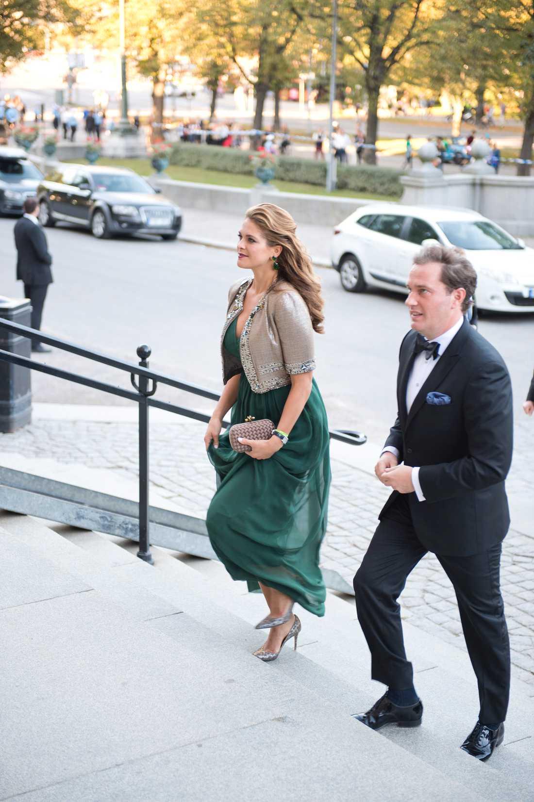 Kungen 40 år på tronen Madeleine och Chris är i Stockholm och på väg in på Nordiska museet den 14 september där regeringen bjöd kungafamiljen på middag för att fira kungens 40 år på tronen.