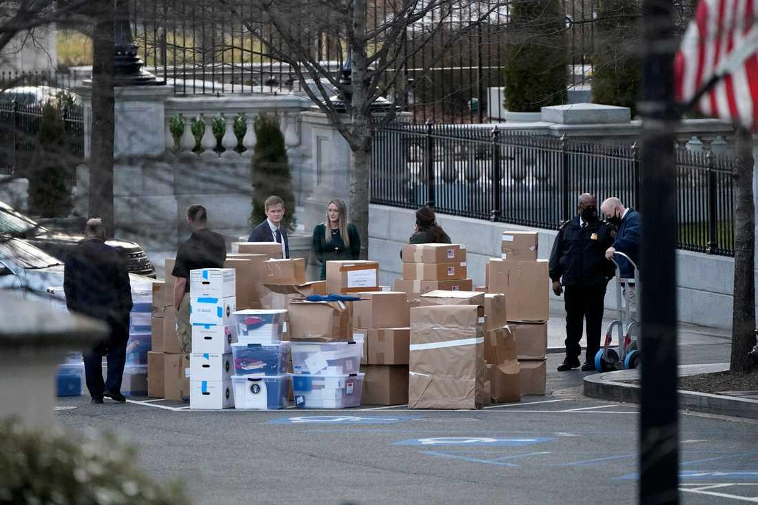 Flyttlådor utanför Vita huset i förra veckan. Enligt medier i Washington är det den avgående presidenthustrun Melania Trump som ligger bakom flyttbestyren.