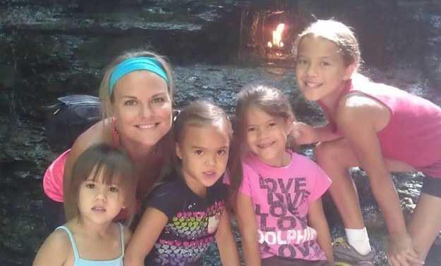 Elisabeth med sina fyra döttrar. Foto: youcaring.com