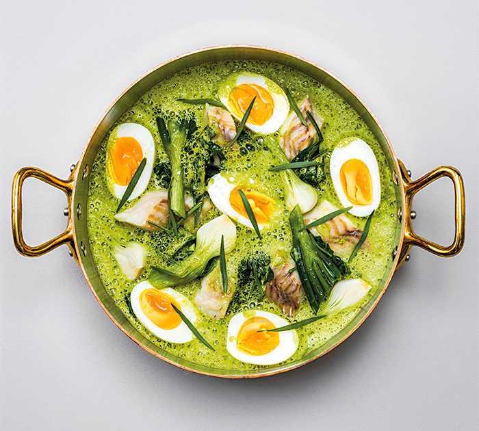 Ångad torsk med färsk lök, ägg och örter.