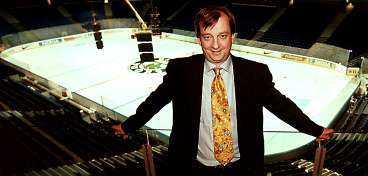 """Förebilden Finländaren """"Hjallis"""" Harkimo poserar i sin egen Hartwall Arena. Nu får Percy Nilsson hjälp av Hjallis med att utforma superarenan som han vill bygga i Malmö."""