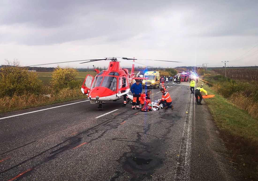 En ambulanshelikopter vid olycksplatsen nära orten Nitranske Hrnciarovce utanför staden Nitra.