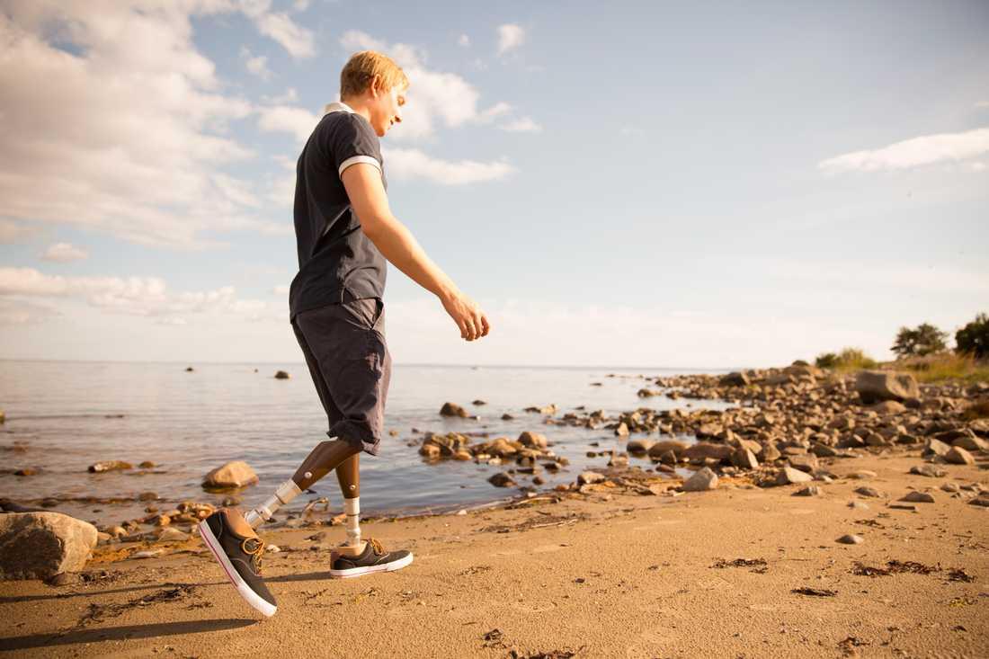 Proteserna som Christoffer utvecklar har gjort det möjligt för honom att kunna gå på ojämnt underlag.