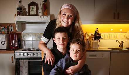 """Kidnappades i köket Här i familjens kök slog den förvirrade knivmannen till mot Felix Wikström, hans lillebror Filip och mamma Eva. Mannen tryckte kniven mot pojkarna och hotade att döda dem. Tack vare Felix lugn slutade dramat lyckligt. """"Jag höll för ögonen på brorsan så han inte skulle behöva se den hemska kniven."""