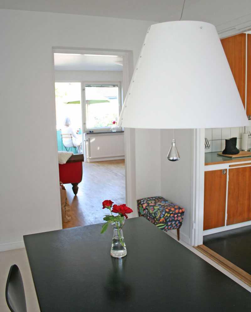 Litet kök men ändå rymligt. L-formationen gör att det går att ha ett mindre matbord för två intill väggen.