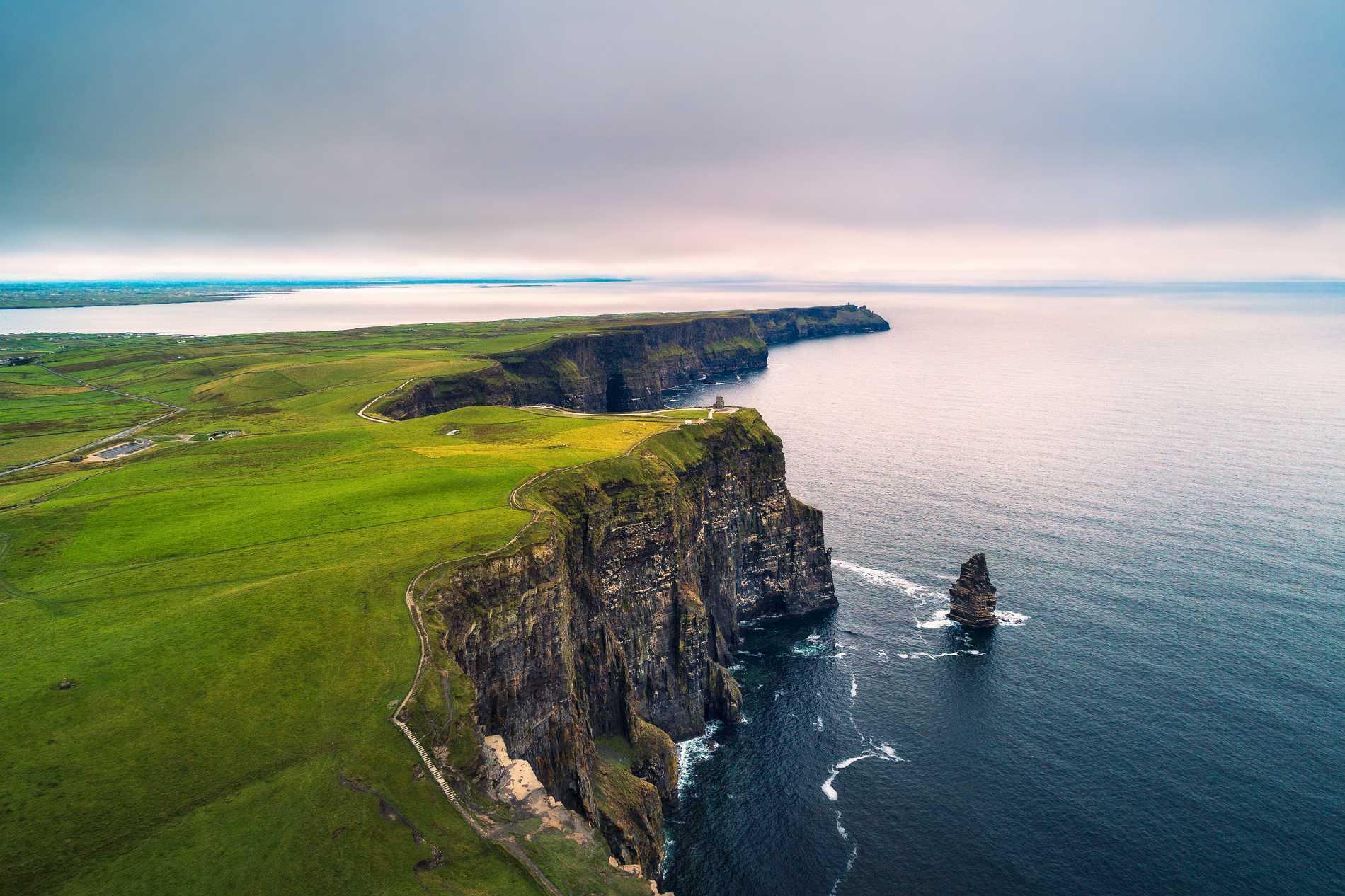 Cliffs of Moher på Irlands västkust är ett populärt resmål bland turister.