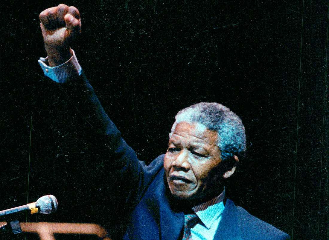 FRI!  Nelson Mandela i Sverige efter frigivningen 1990. Moderaterna kallade Mandela för terrorist och försökte stoppa sanktionerna mot apartheidregimen. Foto: Peter Kjellerås