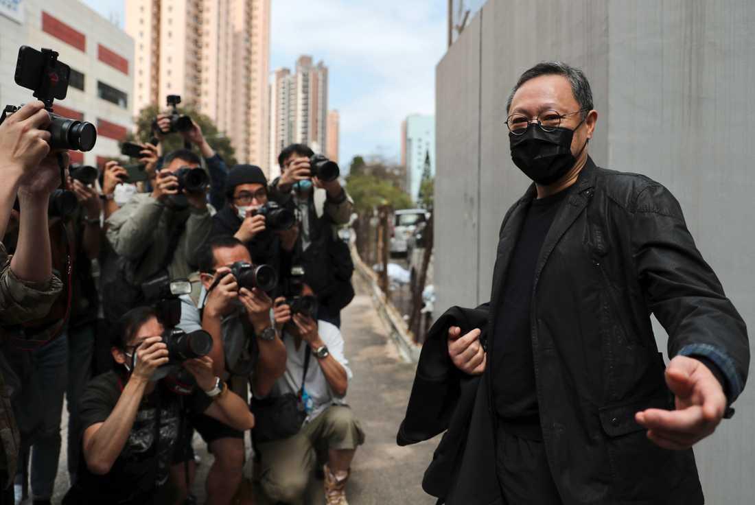 Demokratiförespråkaren Benny Tai pratar med pressen utanför en polisstation i Hongkong på söndagen.