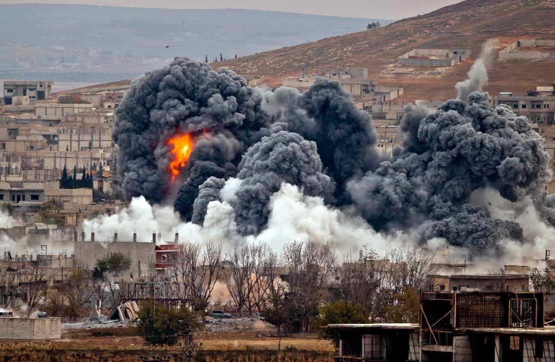 Rökmoln i staden Kobane i Syrien – efter en bombning från en USA-ledd koalitionsstyrka.
