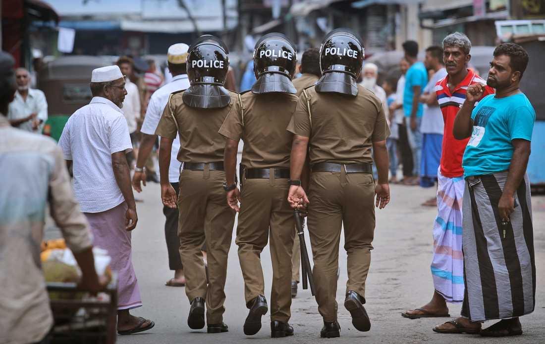 Poliser patrullerar i Sri Lankas största stad Colombo.