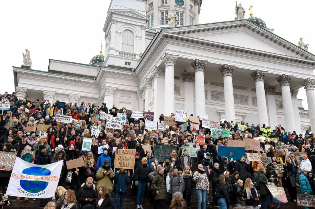 Hundratusentals skolungdomar över hela världen strejkade på fredagen för klimatet. Här i Helsingfors, Finland.