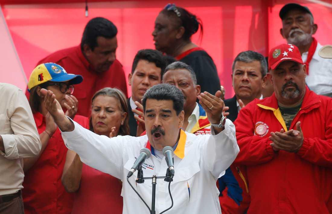 Venezuelas president Nicolás Maduro pratar till sina anhängare utanför presidentpalatset Miraflores i Caracas i slutet av maj. Opinionsmätningar visar att många av hans landsmän vill att Maduro avgår.